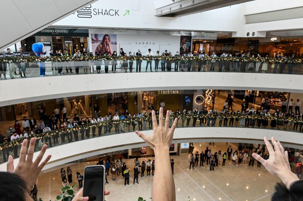 2019年11月24日香港進行區議會選舉,投票率達創紀錄的71.2%,泛民陣營贏得85%的議席,並拿下17區的區議會控制權,可謂大逆轉,建制派空前慘敗。圖為11月26日中午,港人在香港中區一家購物中心舉行午餐休息集會,支持民主抗議者。(Getty Images)