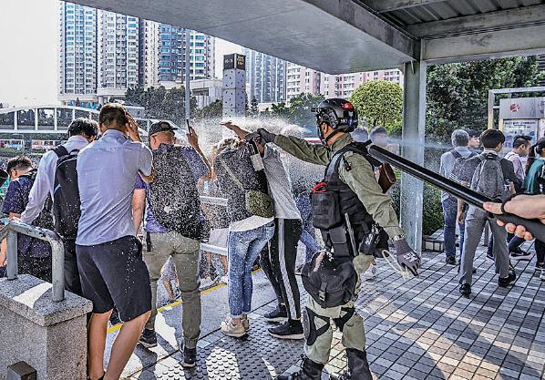 本港資深時評員劉銳紹指,正是因為市民不滿警暴,人大法工委欲影響香港的司法制度,令港人「一定要透過選票表態」。圖為本月11日在黃大仙,防暴警濫向街坊噴射胡椒噴劑。(Billy H.C. Kwok/Getty Images)