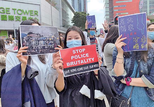 昨日大批上班族參加九龍灣「和你Lunch」,高舉譴責警暴及要求林鄭當局回應五大訴求等標語。(韓納/大紀元)