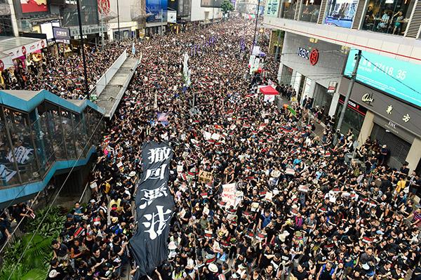 香港特首林鄭月娥6月15日宣佈暫緩修訂《逃犯條例》後,民主派議員表明不接受,16日再發起二百萬人遊行,人數空前。(大紀元資料庫)