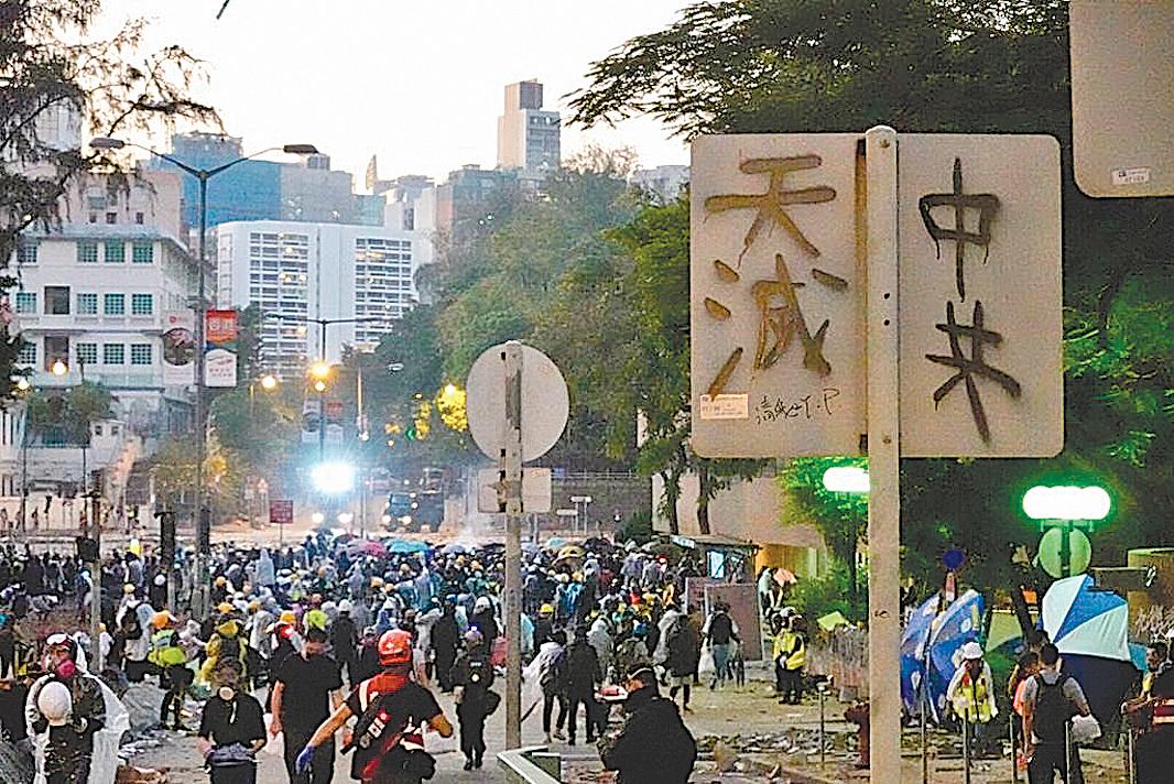 2019年11月17日,香港理工大學門前巴士站,「天滅中共」標語。(余鋼/大紀元)