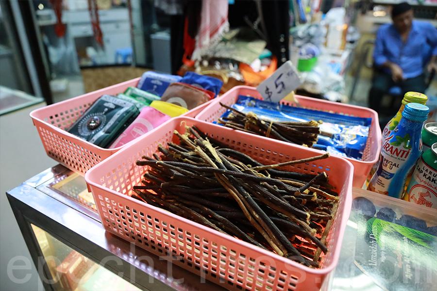 伊斯蘭用品的小店特別的「牙刷」。(陳仲明/大紀元)