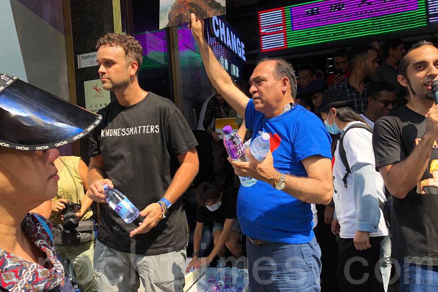 在10月20日尖沙咀遊行日,一眾少數族裔朋友們站在重慶大廈門口派了五個小時的樽裝水給路人,Jeff相信這是香港精神的流露。(大紀元資料圖片)
