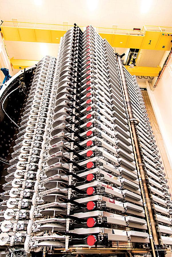 60顆星鏈衛星堆疊著,密密麻麻封裝在整流罩內,每顆衛星重約500磅(227公斤)。(SpaceX)