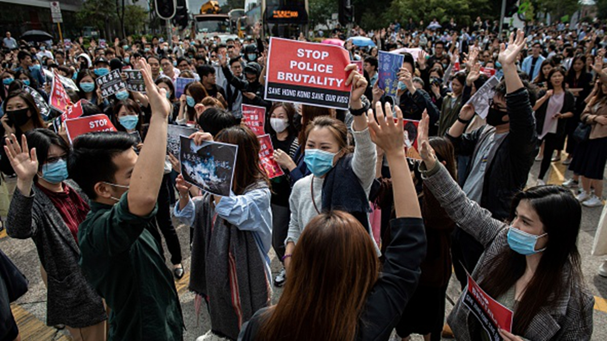 11月26日中午,香港白領階層在中環舉行快閃抗議活動。(NICOLAS ASFOURI/AFP via Getty Images)