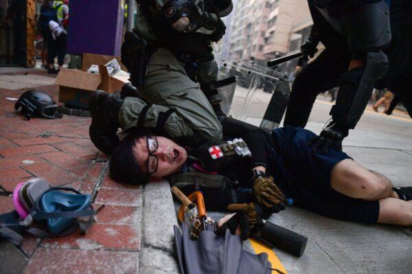 10月1日,警方發射海量催淚彈,至少拘捕269人,開6槍,104人被打傷。(AFP/Getty Images)