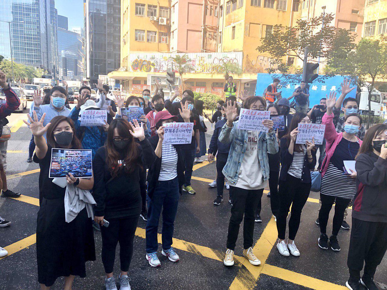 今日(11月27日),在觀塘駿業街遊樂場市民發起「和你Lunch活動」,有超過400位的上班一族參加了遊行。(余天佑 / 大紀元)