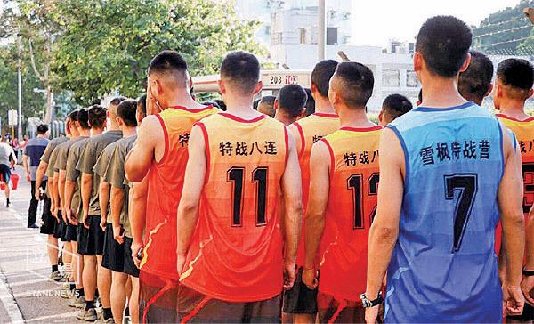 解放軍身穿印上鎮壓新疆反恐部隊「特戰八連」及「雪楓特戰營」的球衣。(網絡截圖)