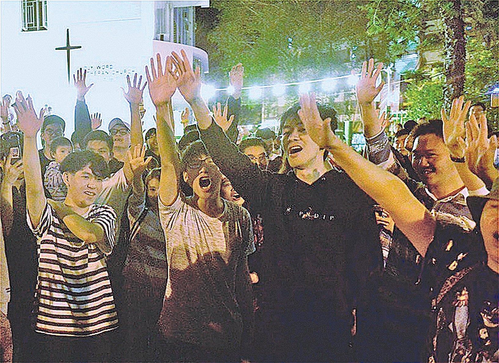 25日凌晨,香港舉行區議會選舉,屯門樂翠選區候選人盧俊宇勝出何君堯後,民眾歡呼。(余天祐/大紀元)