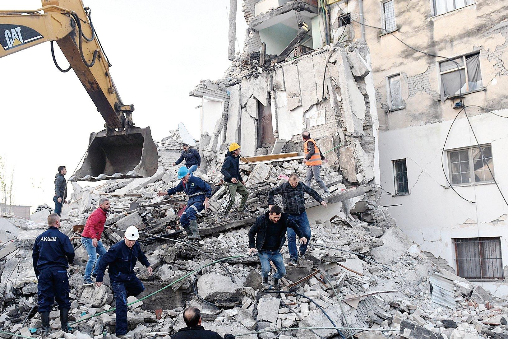 11 月26 日,阿爾巴尼亞發生30年來最強地震,規模6.4 級,目前至少14 人死600多人傷。(AFP)