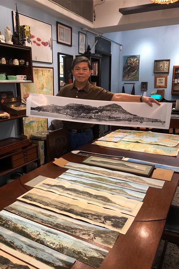 香港收藏家協會主席張順光展示收藏的二十世紀香港全景明信片。(受訪者提供)