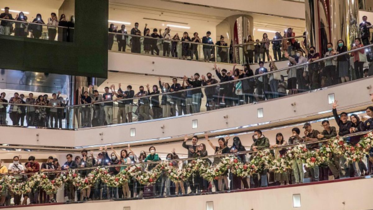 11月27日晚,港人再度發起「18區商場和你唱」抗議活動。(DALE DE LA REY/AFP via Getty Images)