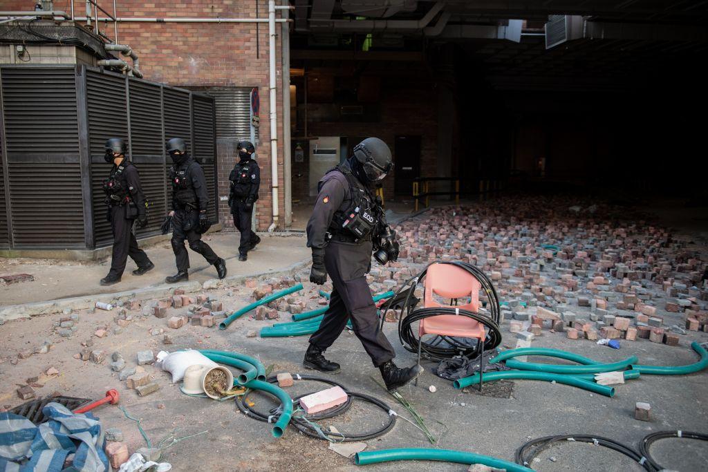 28日,香港警方派刑偵幹員及專家團、觀察團等進入理大校園,聲稱要處理各項危險及攻擊武器。(NICOLAS ASFOURI/AFP via Getty Images)