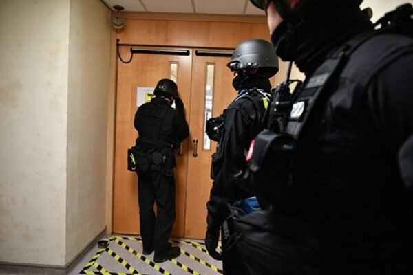 11月28日早上8點半左右,約數十名便衣警察進入理大校園內。(ANTHONY WALLACE/AFP via Getty Images)