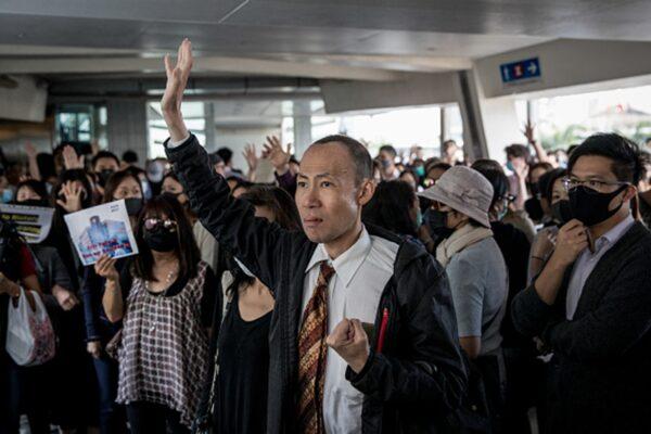 香港區議會選舉,港人用選票力挺反送中,向中共當局和港府暴政大聲說「不」。但抗爭並未結束,甚至還只是剛剛開始,港人持續在中環舉行快閃抗議活動。(Chris McGrath/Getty Images)