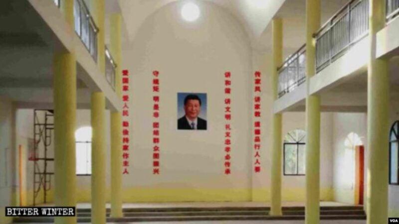 天主教堂內習近平畫像掛在正中,兩邊是紅色標語。(寒冬網站圖片)