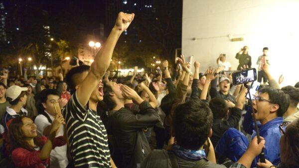 香港區議員選舉,民主派大勝,令香港選民歡欣鼓舞,街頭開香檳慶祝。(余天祐/大紀元)