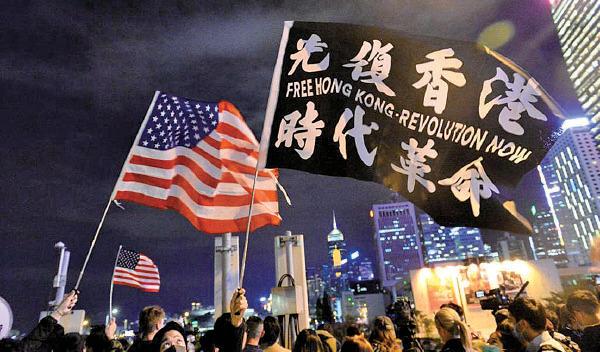 昨日早上傳來特朗普簽署人權法案的消息,晚上在中環的香港人權法案感恩節集會,不少香港民眾感恩美國,美國旗隨處可見。(宋碧龍/大紀元)