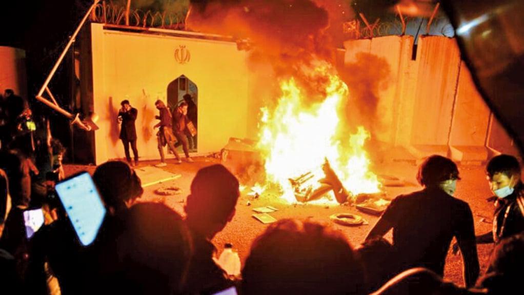 27日,群眾在納加夫(Najaf)包圍伊朗領事館,並焚燒輪胎、毛毯、紙板等物件。(AFP)