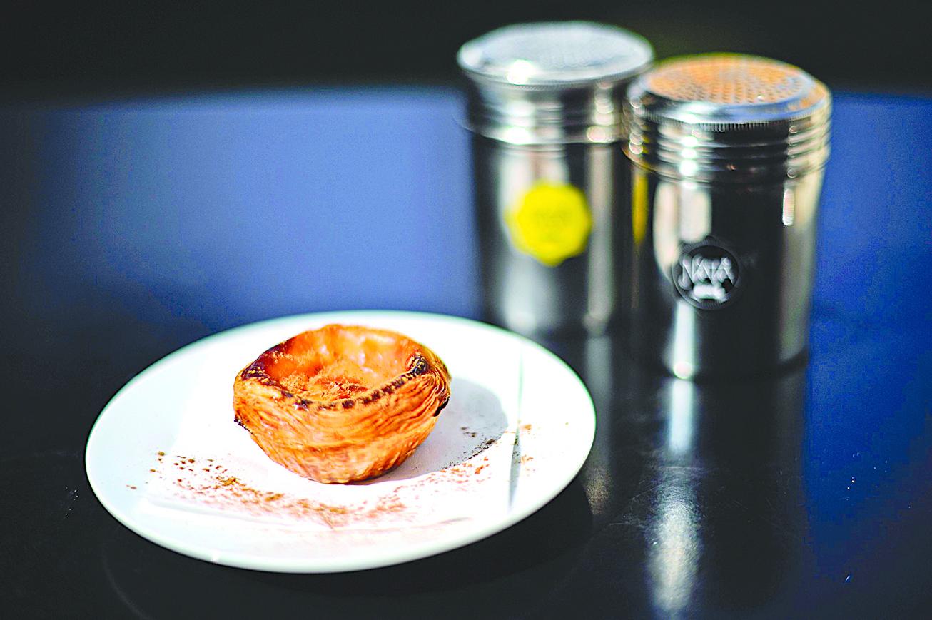 葡式蛋撻吃的時候,常撒上肉桂粉。圖片攝於里斯本的納塔咖啡館。