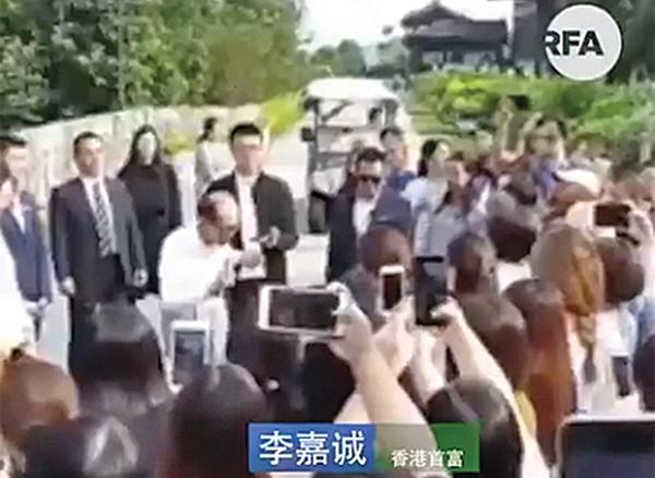 9月8日,李嘉誠在大埔慈山寺出席活動期間說:「希望年輕人能體諒大局,執政者亦都能對未來主人翁網開一面。」(視頻截圖)