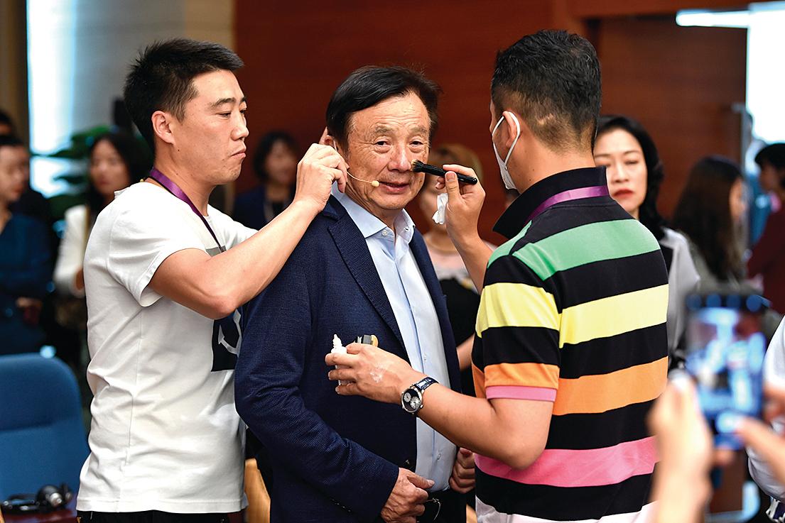 今年6月17日,準備參加深圳一個討論會之前,華為創始人任正非(中)在「打扮」。(Getty Images)