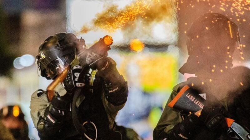 在反送中抗爭中,港警向市民發射催淚彈、橡膠子彈等。(ANTHONY WALLACE/AFP via Getty Images)