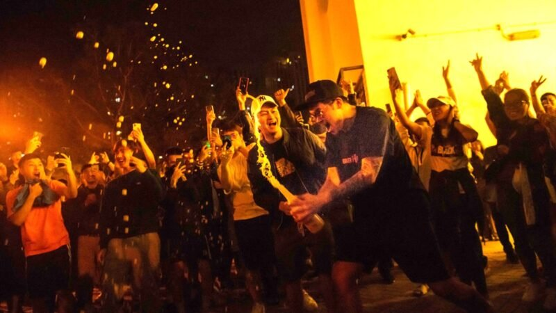 香港區議員選舉,民主派大勝,令香港選民歡欣鼓舞,街頭開香檳慶祝。(Billy H.C. Kwok/Getty Images)