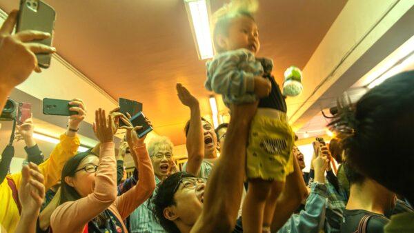 民主派全部成功突圍勝出。香港選民開心慶祝。(Billy H.C. Kwok/Getty Images)
