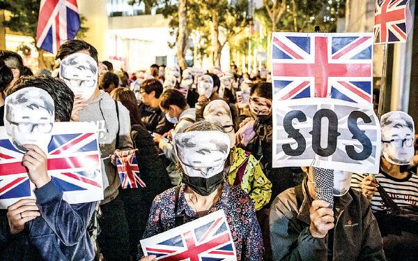 2019年11月29日, 港人發起在英國駐香港總領事館遞交請願信、聲援鄭文傑的集會。(Chris McGrath/Getty)