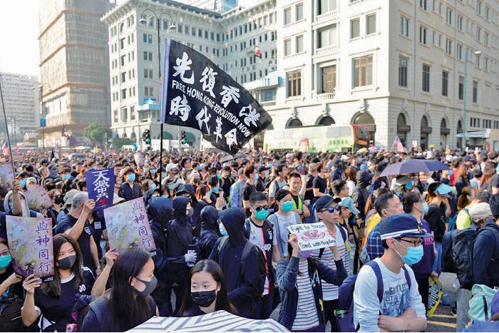 38萬人參加「毋忘初心大遊行」,人群擠滿集合地點尖沙咀鐘樓一帶路面及馬路。(余天佑/大紀元)