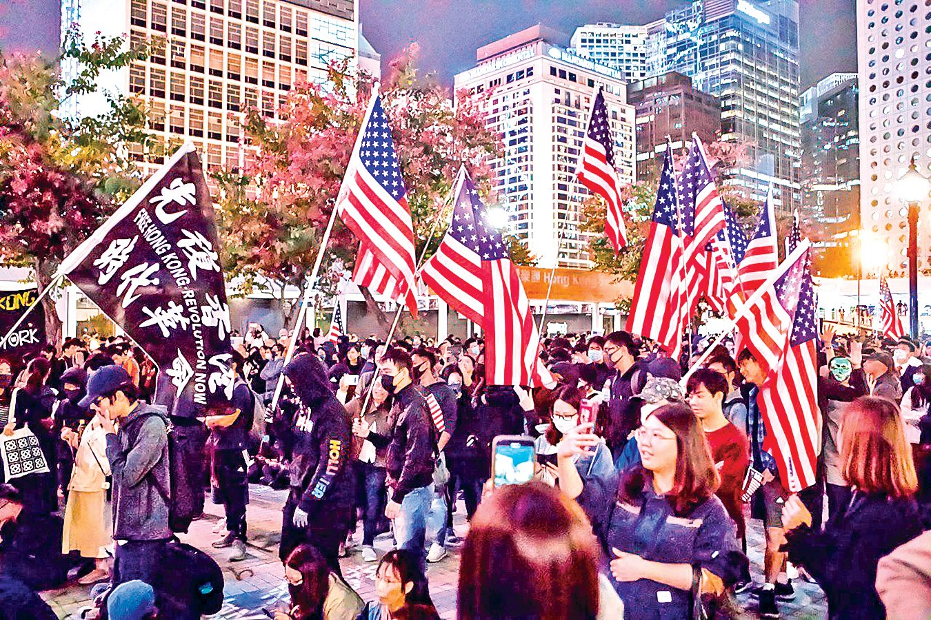 11月28日,香港市民在中環愛丁堡廣場舉行「人權法案感恩節集會」。圖為集會人士揮舞美國國旗表達對自由、民主、人權的訴求及對美國的感謝。(余鋼/大紀元)