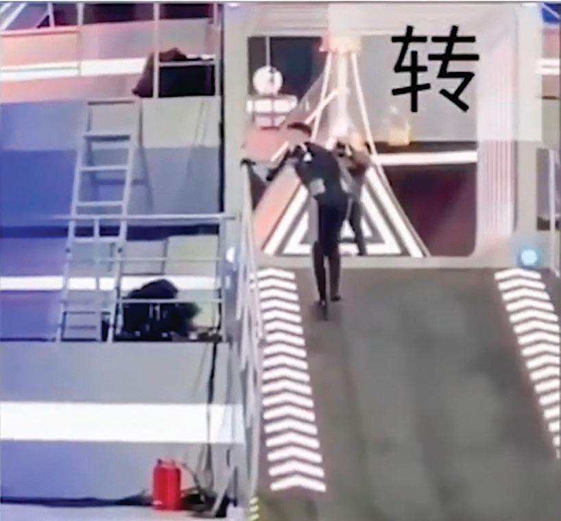 事發當晚,高以翔進入《追我吧》節目中的一個關卡「巨型甲蟲」時手扶欄杆,已十分疲累。(影片截圖)
