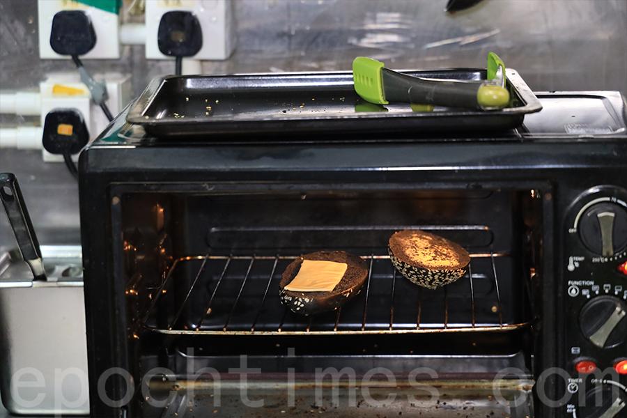 墨魚餅漢堡加上芝士片,經過烤焗,口感香脆。(陳仲明/大紀元)
