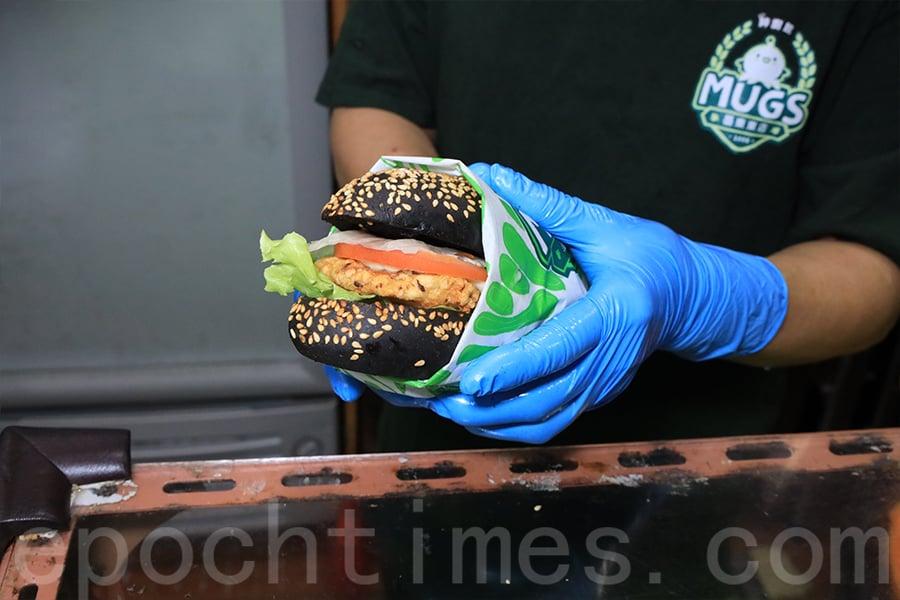 新鮮出爐的墨魚餅漢堡。(陳仲明/大紀元)