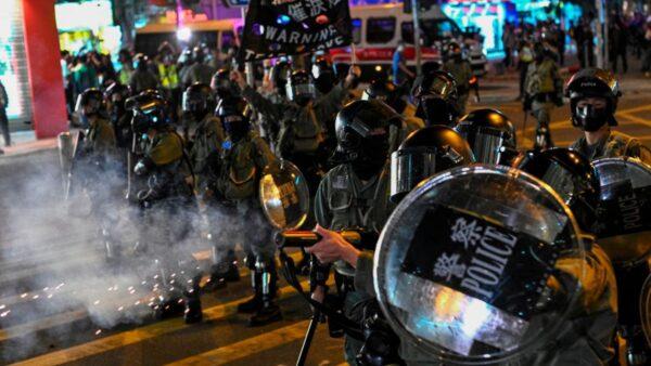 2019年12月1日晚間,港警在多地發射催淚彈驅趕民眾。(PHILIP FONG/AFP via Getty Images)