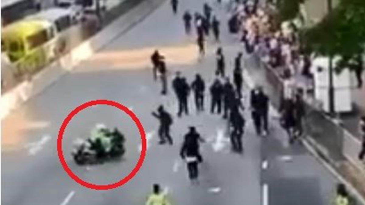 網上爆出影片顯示,有港警騎著重型電單車瘋狂衝撞抗爭人群,有人驚嚇跌倒。(影片截圖)