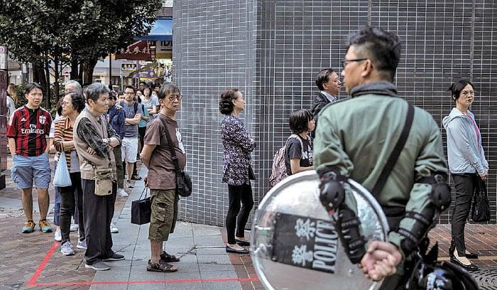 11月24日投票日,據指中聯辦派人到各票站視察,見到很多長者排隊投票,以為長者都被收賣,故通報北京稱肯定建制派贏定。(Chris McGrath/Getty Images)