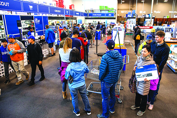 11月29日,美國加州愛莫利維爾市(Emeryville)一家Best Buy裏,民眾排隊付款。(Getty Images)