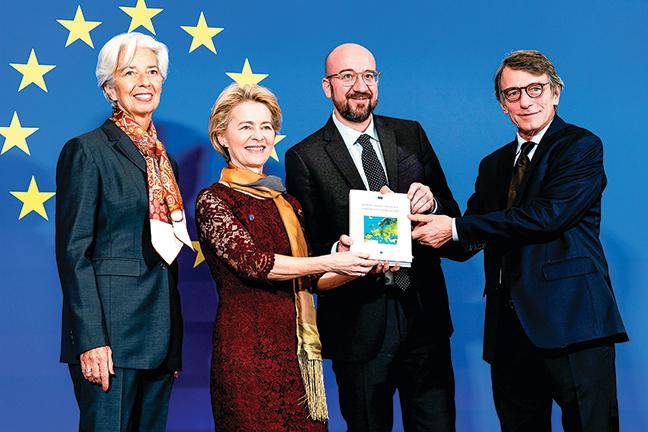12月1日,德國前國防部長馮德萊恩(左二)正式就任歐盟主席。(AFP)