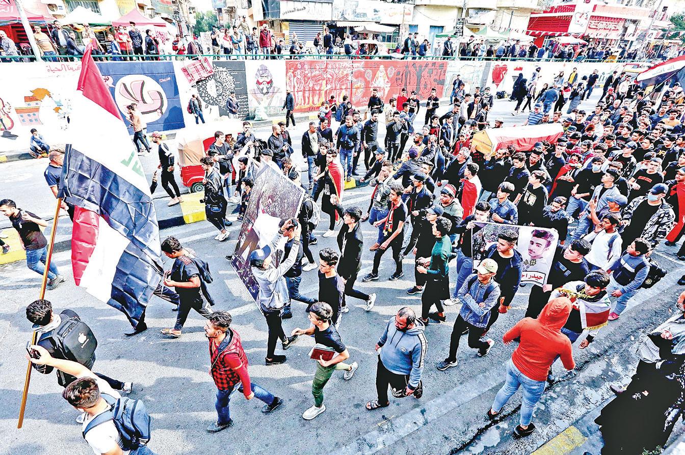12月1日,民眾抬著一副棺材繼續遊行,要求徹底改革腐敗政府。棺材裏是前一天遭射殺的一名學生。(Getty Images)