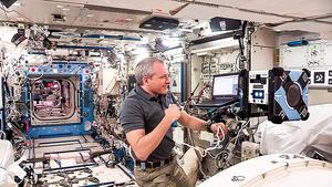 自由飛行助理機器人在太空站投入使用