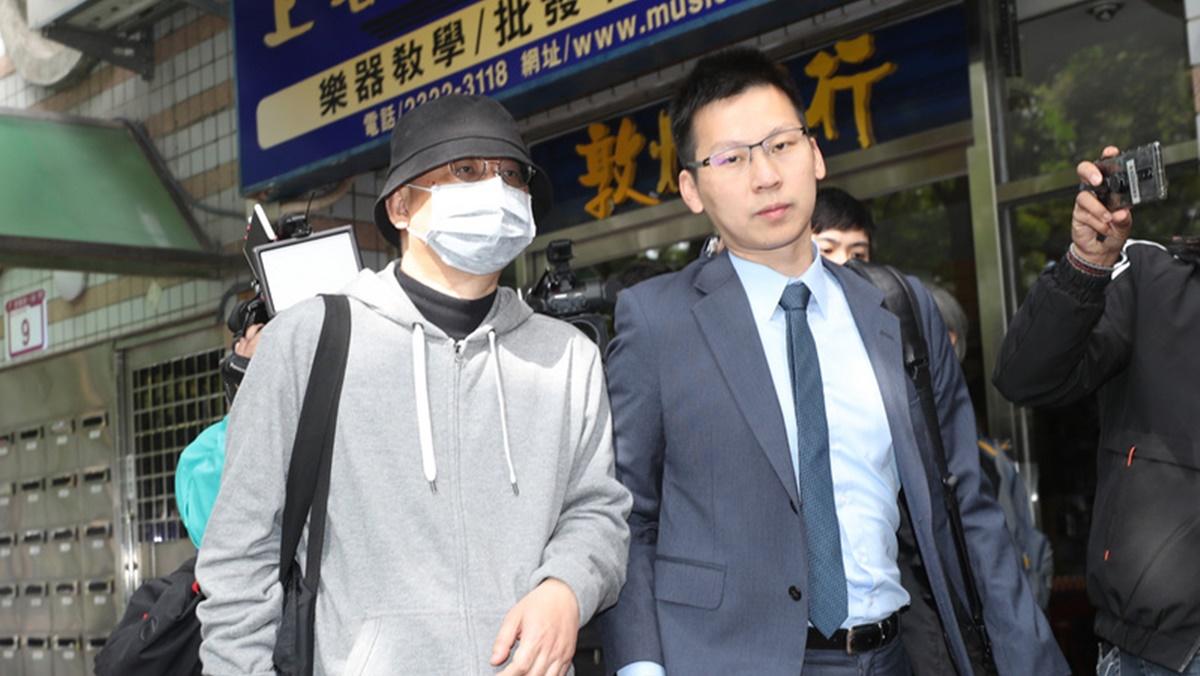 圖為11月27日上午,台灣北檢偵辦中國創新投資公司主席向心(前左)夫婦涉國安法案件,兩人由律師陪同步出北檢五辦。(裴禛/中央社)