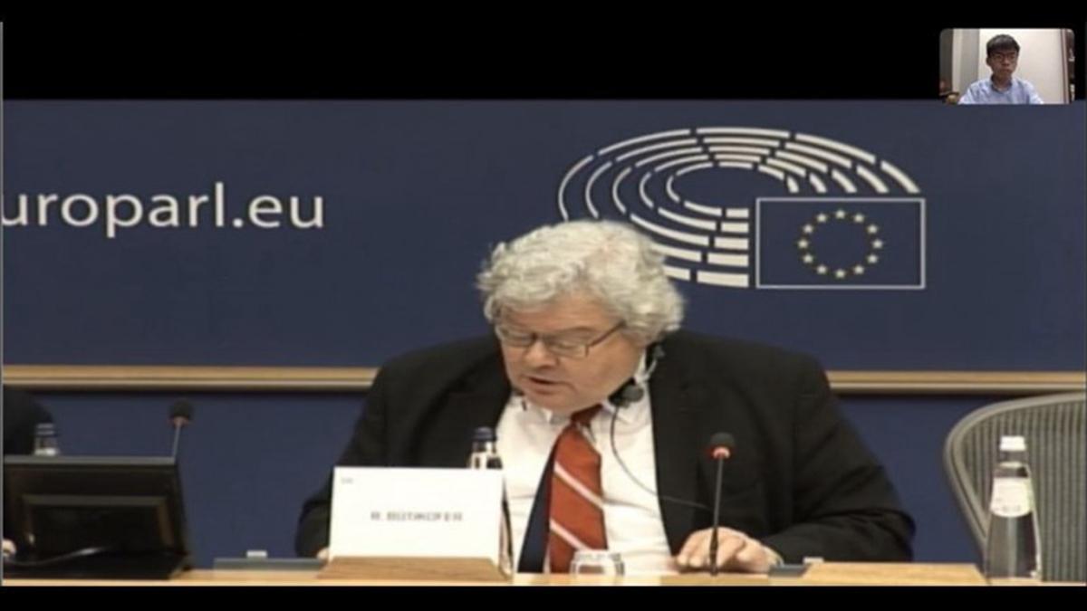 黃之鋒與歐洲議會視訊 ,拿「耿爽模擬器」諷刺中共。(黃之鋒臉書)