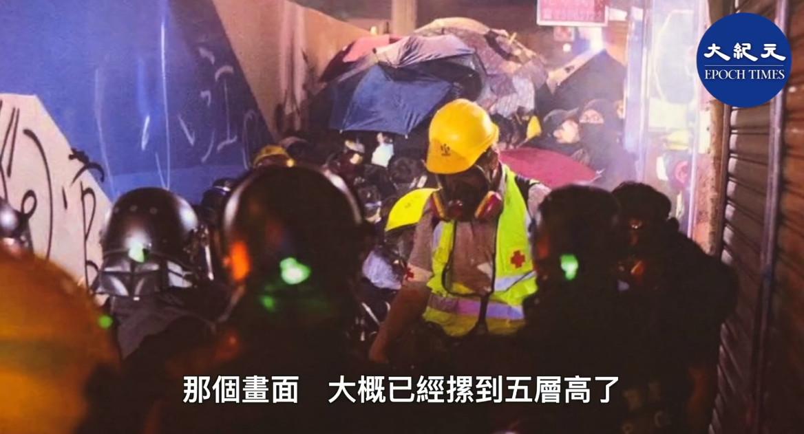 11月18日晚,在油麻地一帶,防暴警、速龍以催淚彈、閃光彈等驅趕市民,引發「人踩人」慘劇,但警方至今否認有此事發生。(影片截圖)