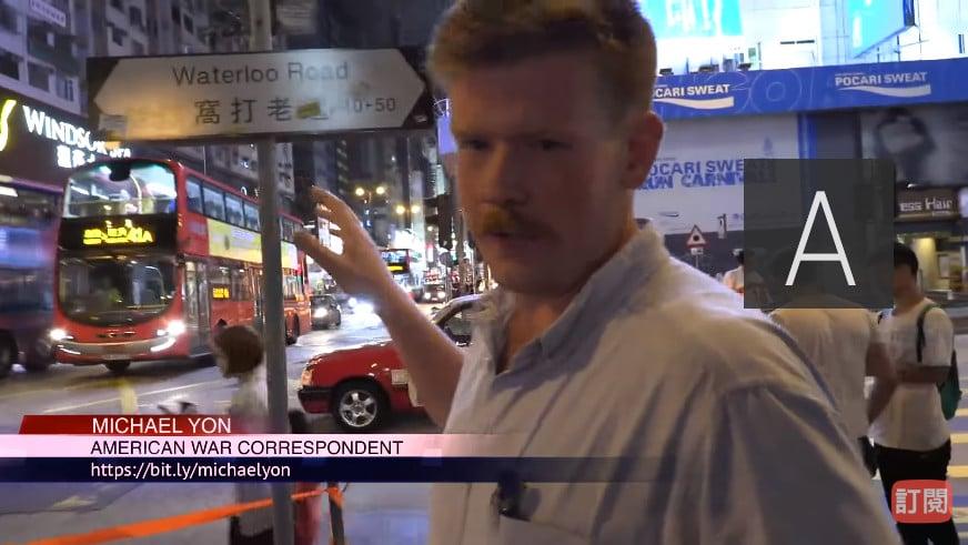 外籍義務急救員Cody重回「11.18人踩人」事件現場,重組當晚事件細節。(影片截圖)