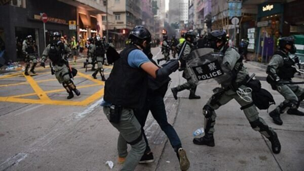 林鄭又稱,目前港府的首要工作是「止暴」。圖為10月1日,數萬港警傾巢出動暴力大抓捕。(NICOLAS ASFOURI/AFP/Getty Images)