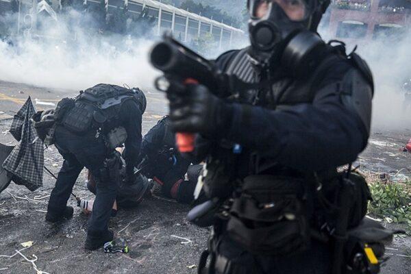 圖為港警開實彈槍射擊抗爭者。(ISAAC LAWRENCE/AFP/Getty Images)