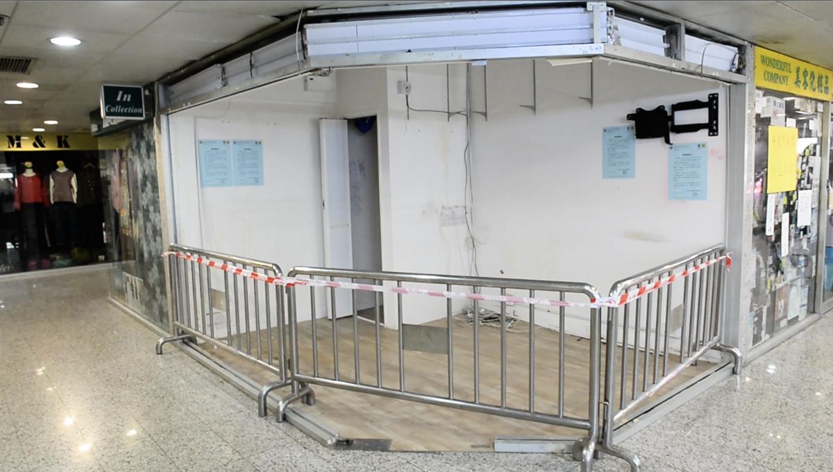 12月3日,有「西環(中聯辦)契仔」之稱的親共立法會議員何君堯位於荃灣的辦事處已人去樓空,招牌被拆去,並用鐵欄圍起來。 (宋碧龍/大紀元)