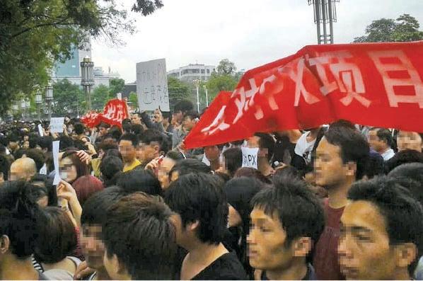 圖為2014年4月3日大批茂名民眾在茂名政府大樓前聚集,抗議當局興建「對二甲苯」(PX)化工廠。(STR/AFP via Getty Images)